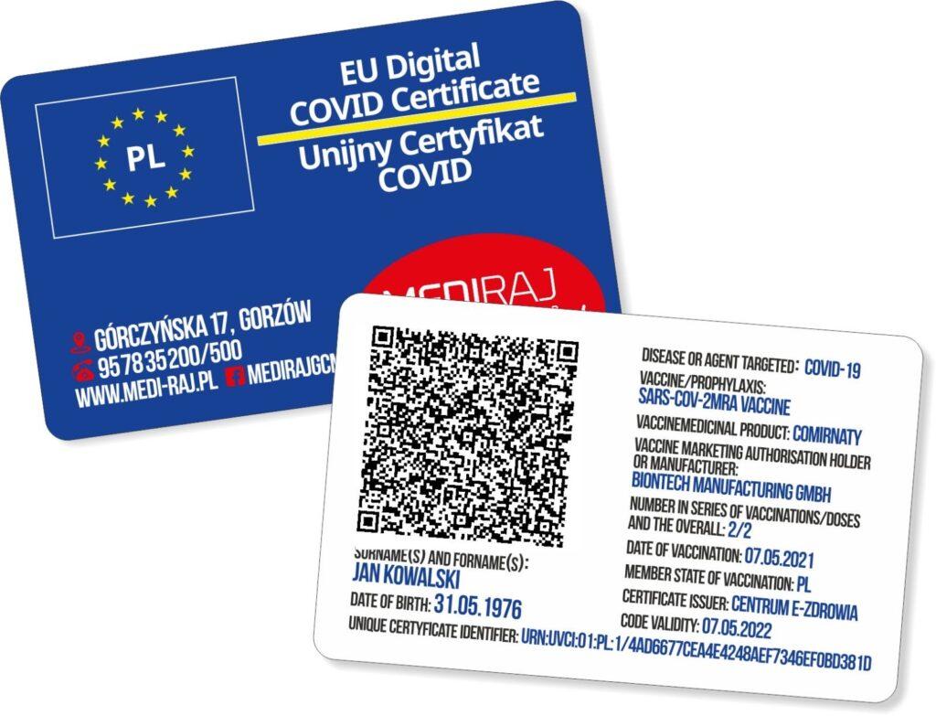 Paszport covidowy. Plastikowy cyfrowy unijny certyfikat z kodem QR potwierdzającym szczepienie przeciw Covid-19